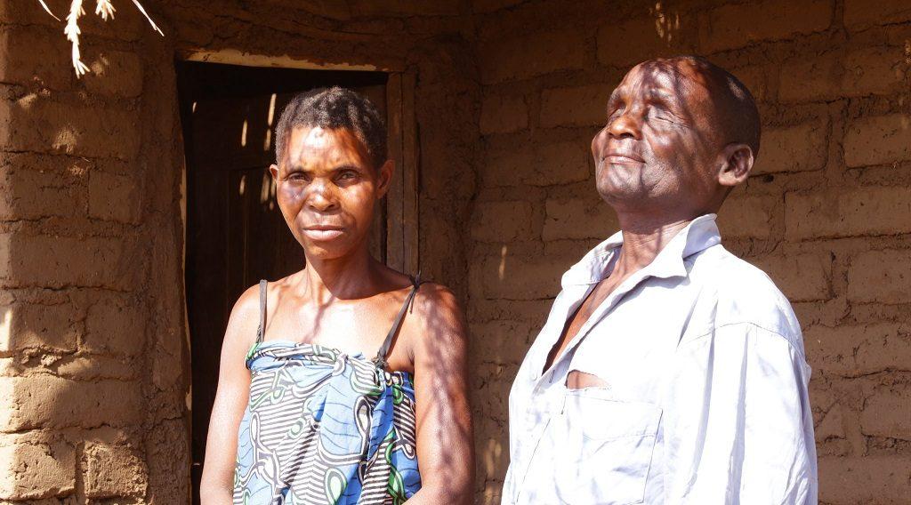 Der blinde Enoch und seine Frau Mary verloren ihr Haus in malawi durch einen heftigen Monsun. Durch die Katastrophenhilfe können sie ihr Leben nun wieder aufbauen.