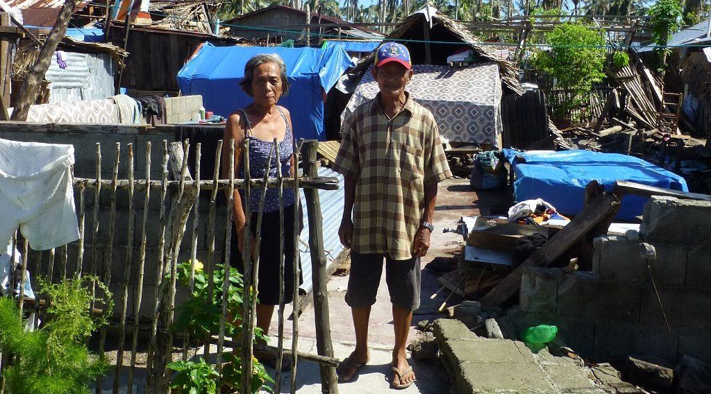 Das Haus von Mercedes und Valentin auf den Philippinen wurde durch einen Taifun zerstört. Sie freuen sich über das ShelterKit, das sie im Zuge der Katstrophenhilfe von ShelterBox erhalten haben.