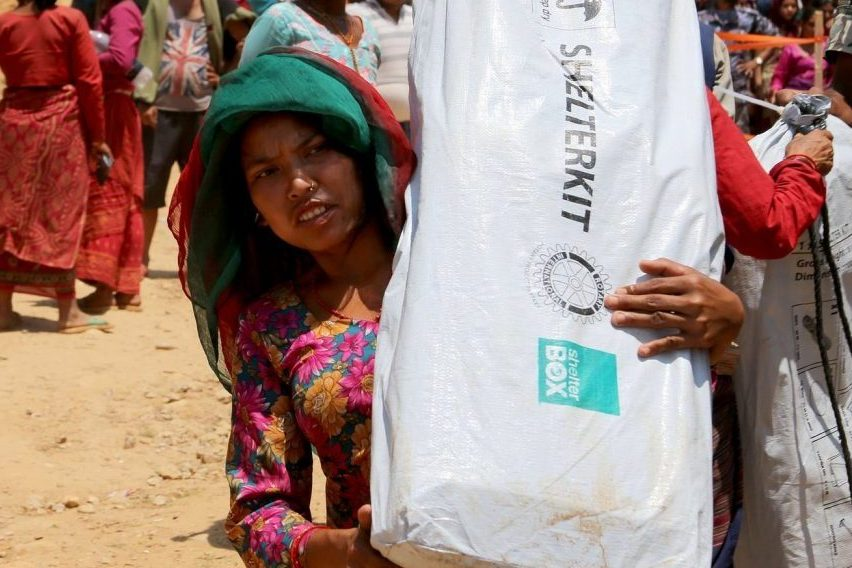 Surya Maya Sanwar erhielt nach dem Erdbeben in Nepal ein ShelterKit im Zuge der Katastrophenhilfe
