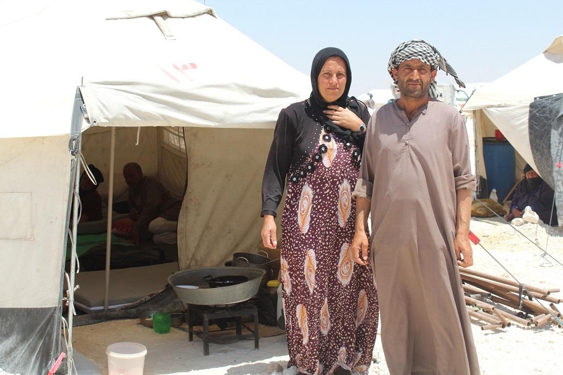 Ehepaar in Syrien vor Zelten