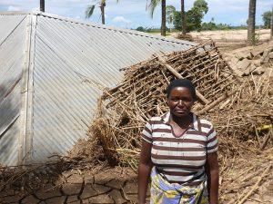 Eine Frau steht vor ihrem Haus, das durch die Überschwemmungen in Kenia beschädigt wurde.