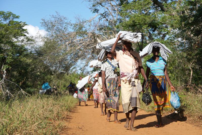 Mosambik, 2017: Frauen tragen ShelterKits nach Hause