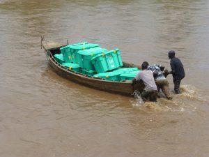 Kleines Boot überquert nach Überschwemmungen Fluss in Malawi