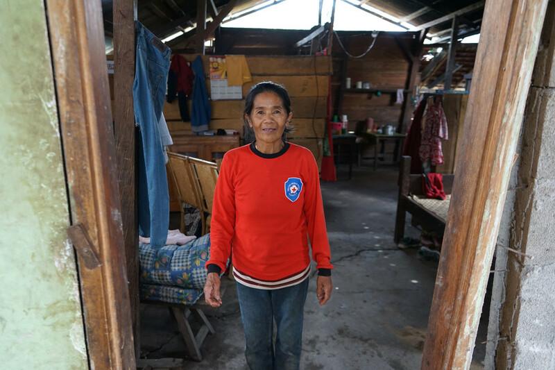 Lino, eine Frau, welche im Anschluss an den Tsunami in Indonesien Hilfsgüter von ShelterBox erhielt