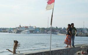 Ein Mann und eine Frau am Hafen in Indonesien anch dem Tsunami in 2018