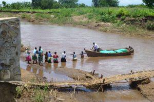 Ein Schiff, welches grüne ShelterBoxen transportiert, auf einem Fluss in Malawi nach der Überschwemmung dort im Jahr 2015