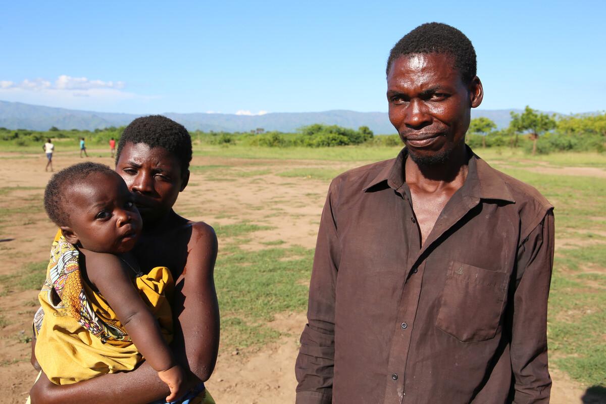 Petro und seine Familie nach der Überschwemmung in Malawi