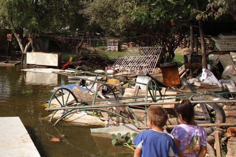 Kinder am Rande einer Überschwemmung