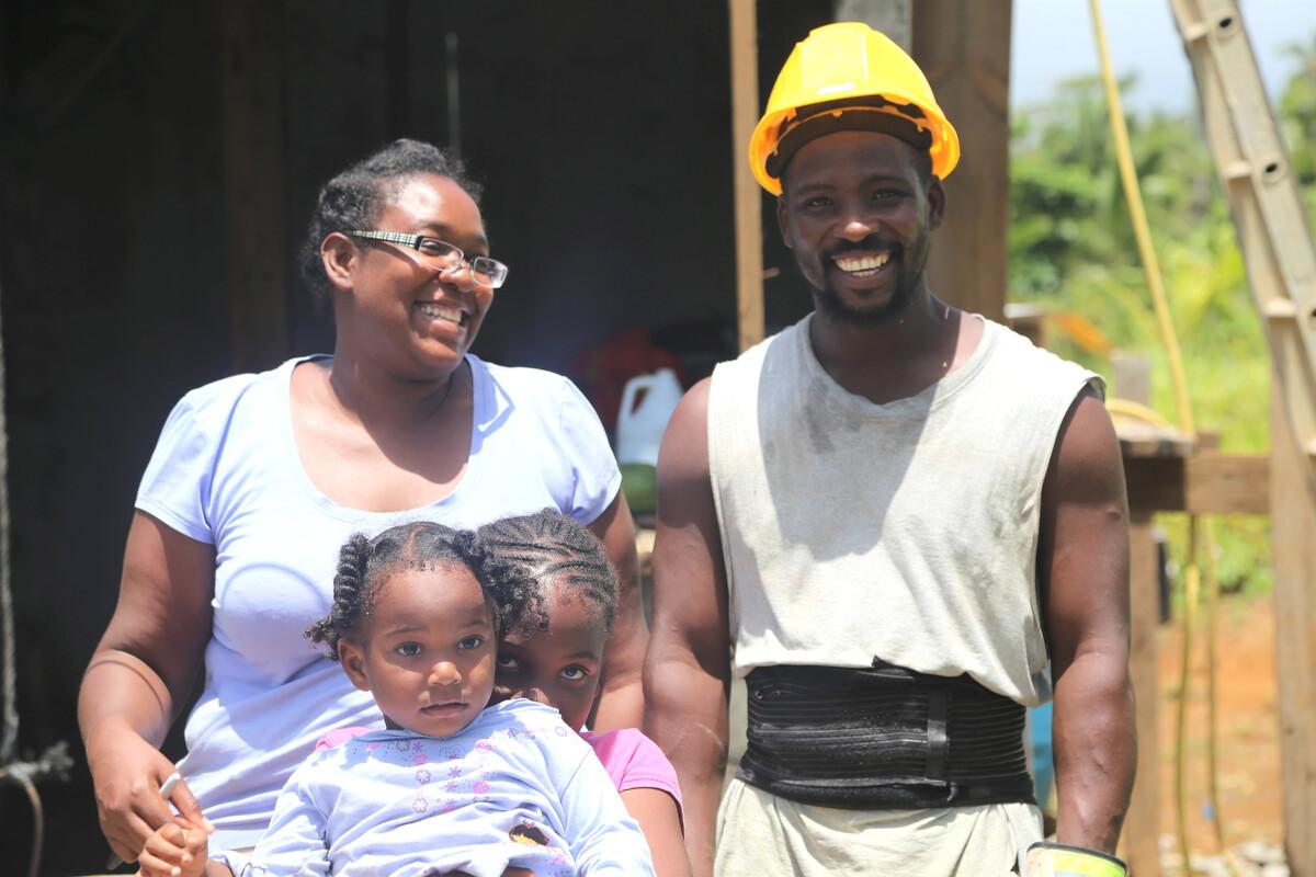Sarita, ihr Mann Avendale und ihre Tochter Abigail vor ihrem Haus in Woodford Hills