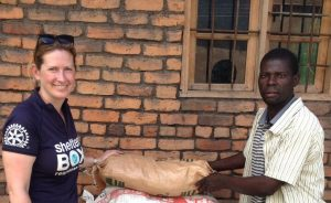 ShelterBox Response Team Mitglied und ein Begünstigter in Malawi