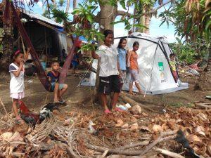 Eine Familie, die nach dem Taifun Haiyan ein Zelt von ShelterBox erhalten hat.