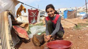 Ein syrisches Mädchen wäscht sich die Hände mit Seife von ShelterBox. Die Auswirkungen des Coronavirus auf Menschen, die von Katastrophen und Konflikten betroffen sind, können verheerend sein.