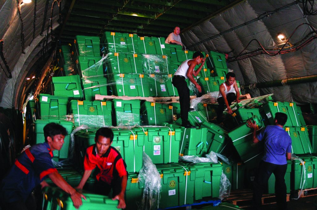 ShelterBox wird 20 Jahre. Hier sieht man die Verteilung von Hilfsgütern nach dem verheerenden Tsunami im indischen Ozean im Jahr 2004