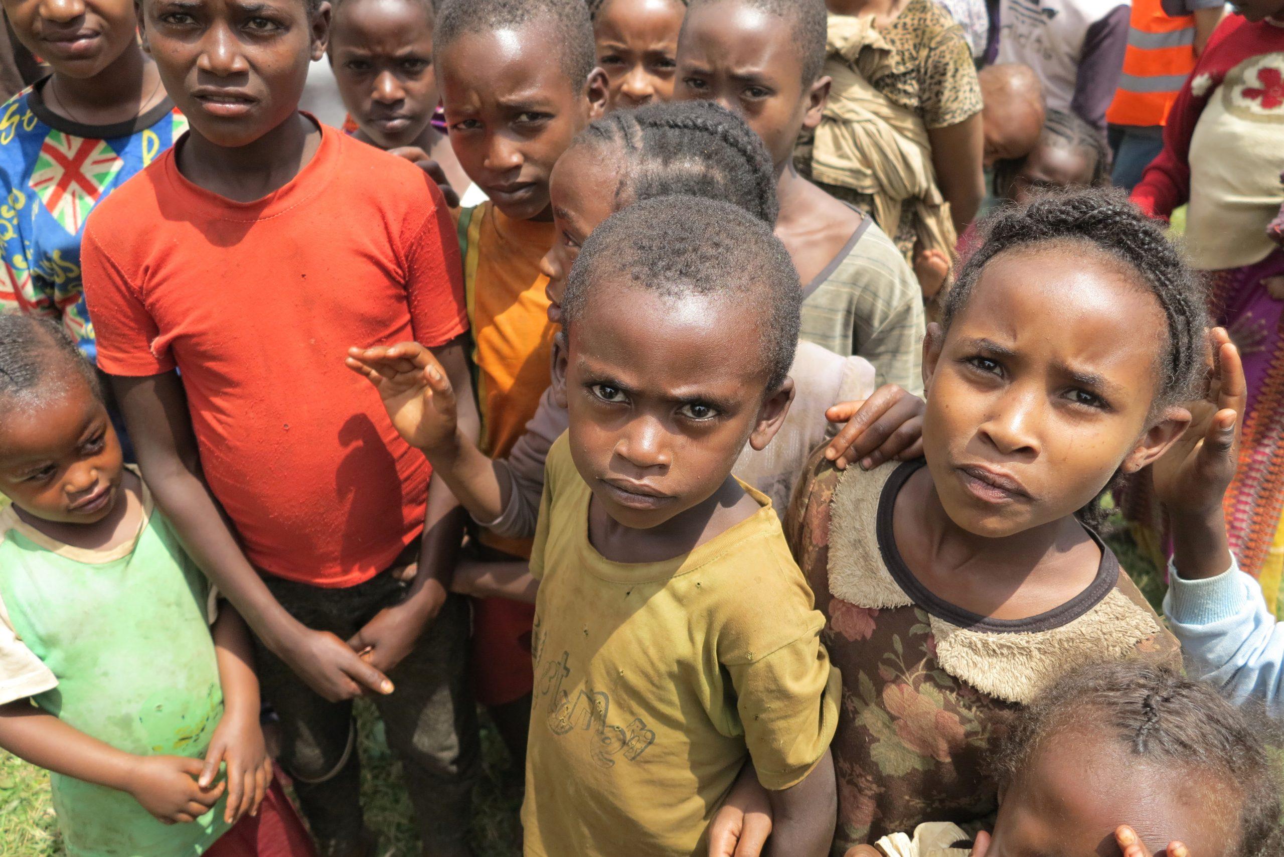 Kinder in Äthiopien bei einer Verteilung von ShelterBox Hilfsgütern