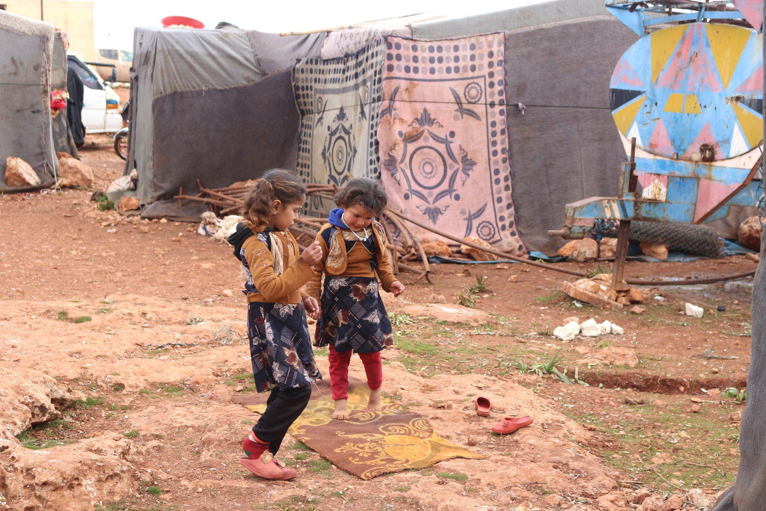 zwei Mädchen in einem syrischen Flüchtlingslager. Was die UNHCR Flüchtlingszahlen 2019 bedeuten