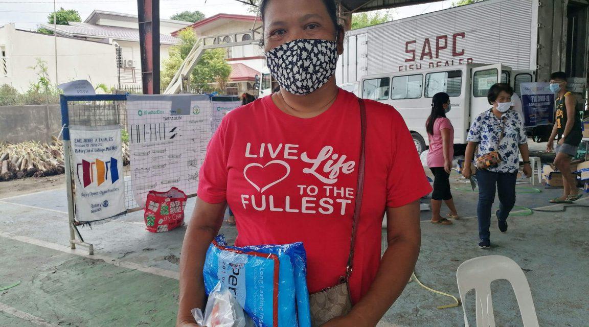 Catalina bei Verteilung von Hilfsgütern nach Vulkanausbruch Taal auf den Phillippinen