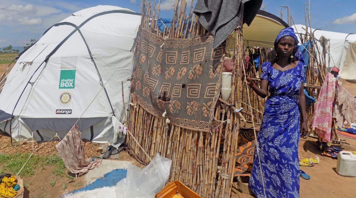 Fanne vor ihrem ShelterBox Zelt im Minawao Camp Kamerun