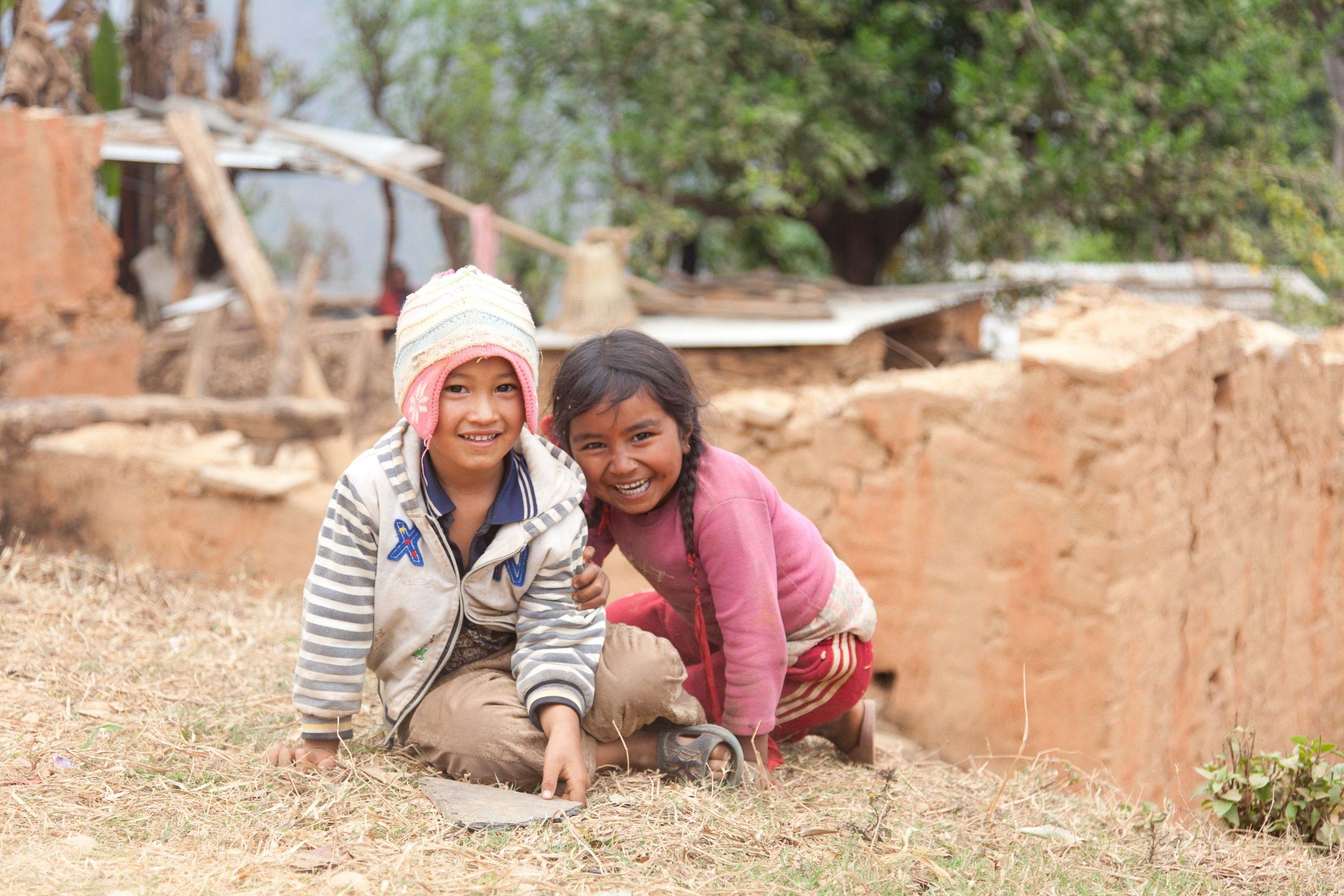 Entwicklungsländer und was man darunter versteht. Zwei Kinder im sogenannten Entwicklungsland Nepal nach dem Erdbeben 2016