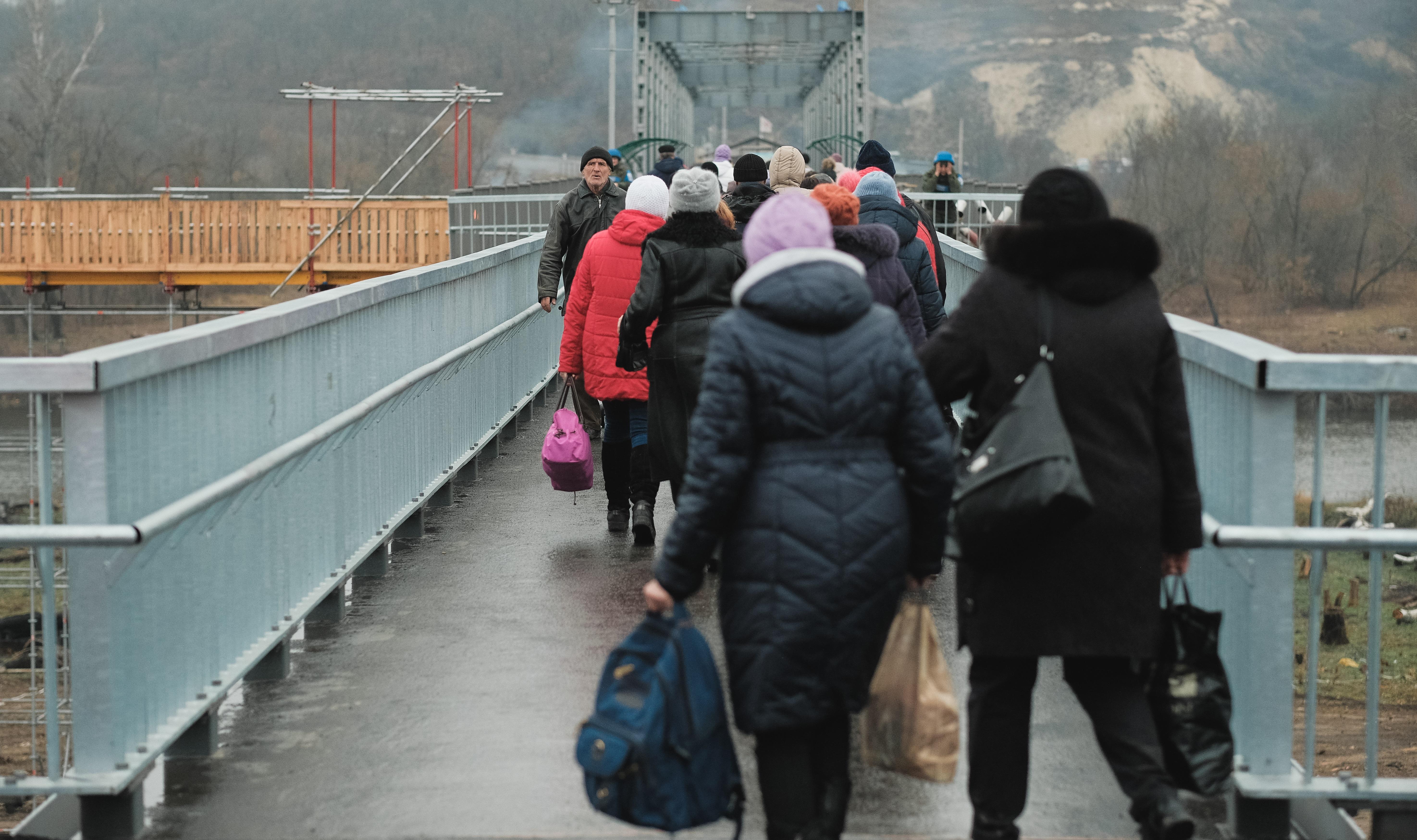 Zivilisten an dem Grenzübergang Stanytsia Luhanska ( OSCE/Viktor Konopkin)